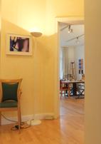 Kunsttherapie Blick in den Malraum Therapie mit Farbe und plastisches Gestalten Kunsttherapie